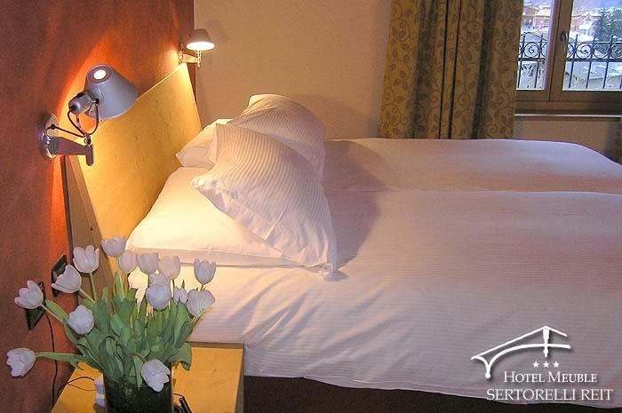 Camere hotel meubl sertorelli reit bormio meubl for Hotel meuble moderno laveno